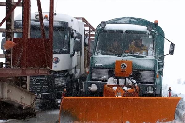فك العزلة عن بعض الطرقات واستمرار غلق أخرى بسبب الثلوج