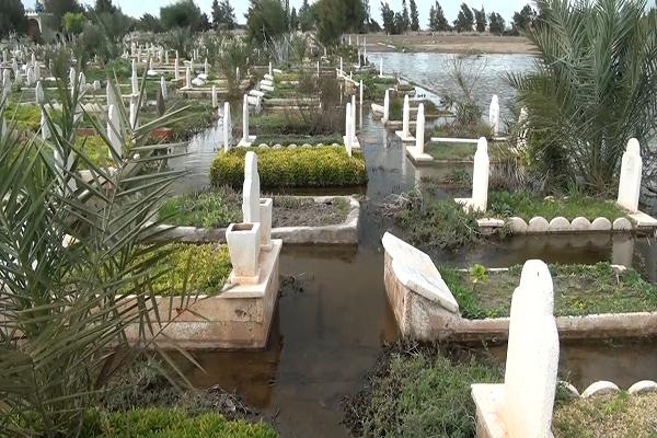 """كارثة.. مقبرة السانية بوهران تتحول إلى مسبح.. والقبور """"تغرق"""" في مياه الأمطار! (فيديو)"""