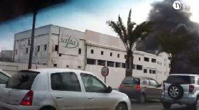 الحريق المهول الذي اندلع بمصنع المواد الدسمة قرب محطة تحلية المياه بالعاصمة صبيحة اليوم