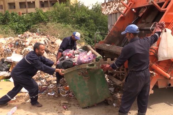 عين الدفلى: عمال النظافة بمليانة ..معاناة كبيرة في العمل نهارًا خلال شهر رمضان