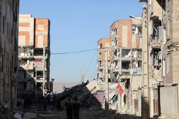 ارتفاع عدد ضحايا زلزال إيران إلى 328 قتيلا
