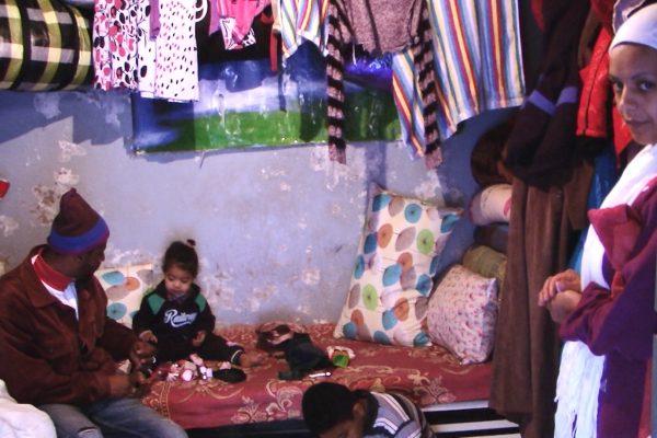 عين تموشنت: عائلة من 05 أفراد تعاني ويلات الفقر داخل مستودع حقير