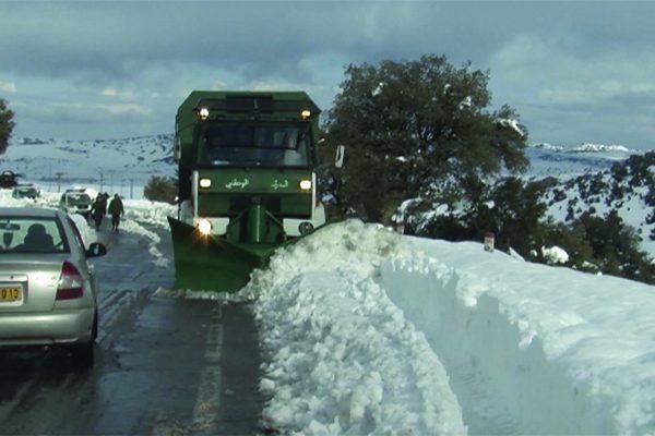 تلمسان: الدرك الوطني يتدخل لفتح الطرقات المحاصرة بالثلوج