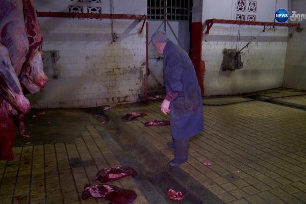 صادم| أعوان مذبح رويسو يرمون الكبدة على الأرض قبل بيعها
