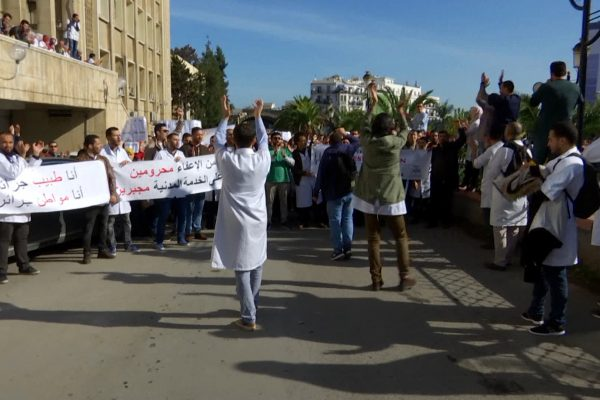 قرار الخصم من الأجور يثير غضب الأطباء المقيمين ويرهن حل الأزمة