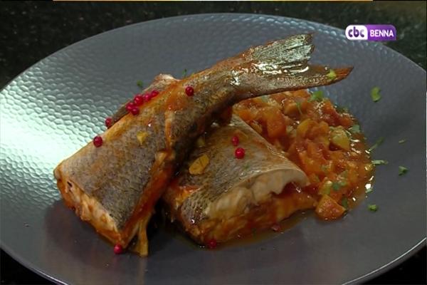 سمك بالزيتون وسلطة الطاطم بالفرولة