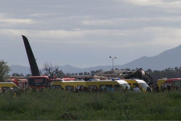 بداية رفع أجزاء الطائرة المحطمة ببوفاريك وإنتشال جثث الضحايا