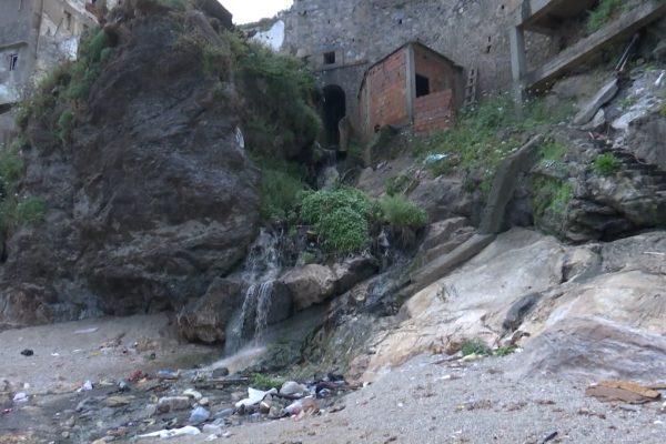 العاصمة: مياه الصرف الصحي و مخلفات المصانع تصب في الشواطئ.. من المسؤول؟