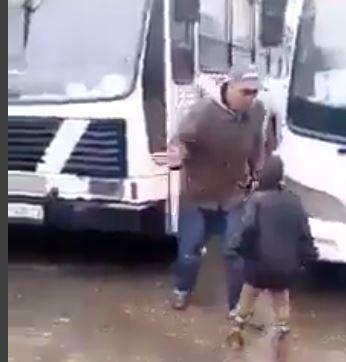 """سائق يصفع طفلًا من اللاجئين الأفارقة بـ """"وحشية"""" ويُسقطه أرضًا"""