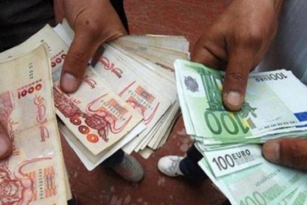 """""""السكوار"""".. ركود في سوق العملة الصعبة بسبب المغتربين"""