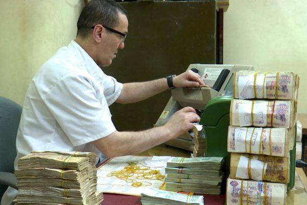 نصاب الزكاة يفضح السياسة النقدية لبنك الجزائر في تخفيض قيمة الدينار