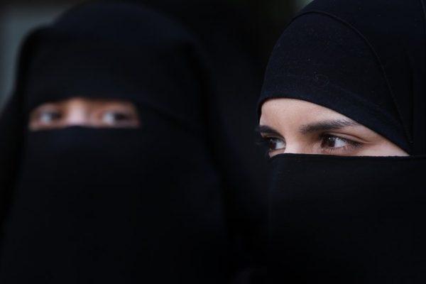 الجزائر تمنع النقاب في مقرّات العمل منعًا باتًا