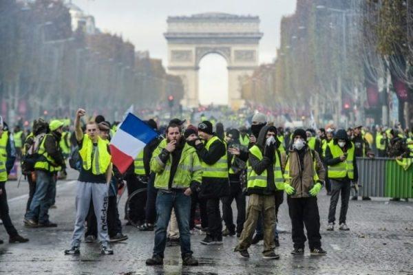 """""""السترات الصفراء"""" تعود إلى شوارع باريس والمواجهات تتصاعد"""