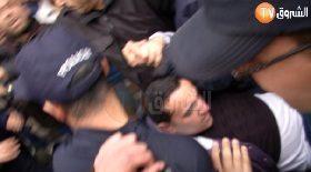 """اعتقال الشرطة لأحد المتظاهرين في وقفة صباح اليوم بالعاصمة """"ضد العهدة الرابعة وضد حكم العسكر"""""""