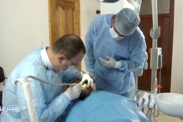 """""""مخترعون"""" يشرح تقنية جديدة لزراعة الأسنان دخلت الجزائر حديثا"""