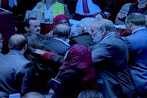 البرلمان بالصور خلال جلسة المصادقة على قانون المالية